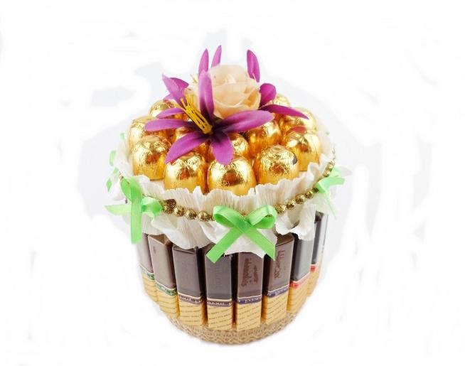 Słodki tort z czekoladek Merci i wiśni w czekoladzie będzie wspaniałą alternatywą dla tradycyjnego bukietu. Idealny na ślub, urodziny, imieniny