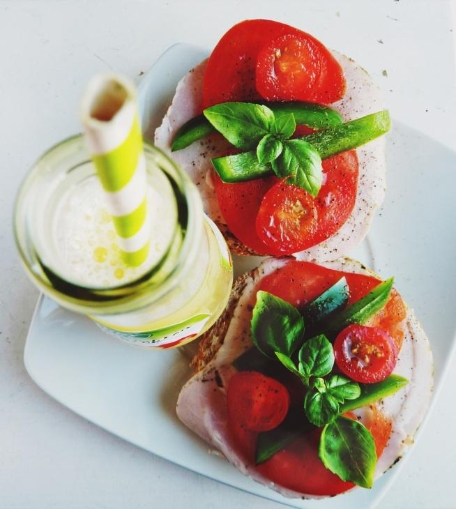 Pora na II śniadanie :) Bułka grahamka z wędliną z kurczaka, pomidorem, papryką, pomidorkami koktajlowymi i bazylią oraz soczek jednodniowy. A u Was co dzisiaj na II śniadanie ? ;>