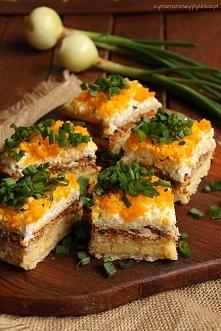 sałatka na krakersach  Składniki :  18 sztuk krakersów  1 puszka szprotek w sosie pomidorowym ( 200g )  3 jajka  50g żółtego sera  ok. 5 łyżek majonezu  sól, pieprz  czerwona pa...