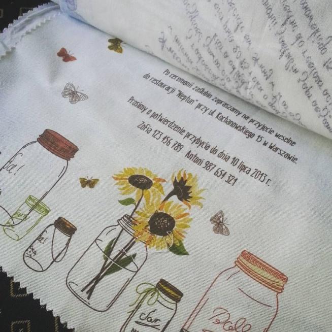 Zaproszenia na materiale bawełnianym ze słoikami, słonecznikami i motylkami