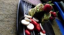 szpinakowe pancakes z owocami. i miodem.