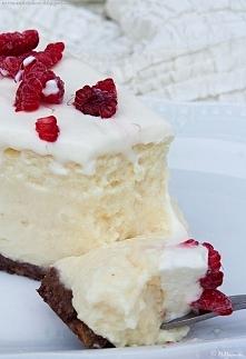 Sernik nowojorski  Spód Składniki: 150g ciastek digestive łyżka cukru pudru 80g masła Masło rozpuścić, dodać pokruszone ciasteczka i cukier. Masą wylepić dno tortownicy o średni...