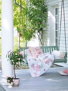Stylowa huśtawka w stylowym ogrodzie