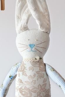 ...beżowo-błękitny króliczek dla dziecka...