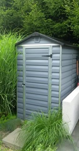 Wąski, mały, ale niezwykle pojemny domek do przechowywania wszystkiego, co przydatne w ogrodzie!