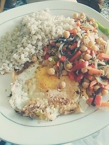 Kasza pęczak, mieszanka chińska, ciecierzyca, jajko sadzone :)