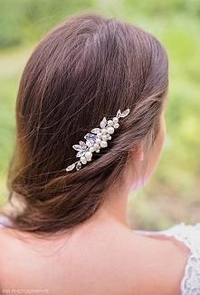 Subtelny stroik ślubny z perełkami, który odmieni charakter choćby najprostszej fryzury.  Do kupienia w sklepie internetowym Madame Allure!