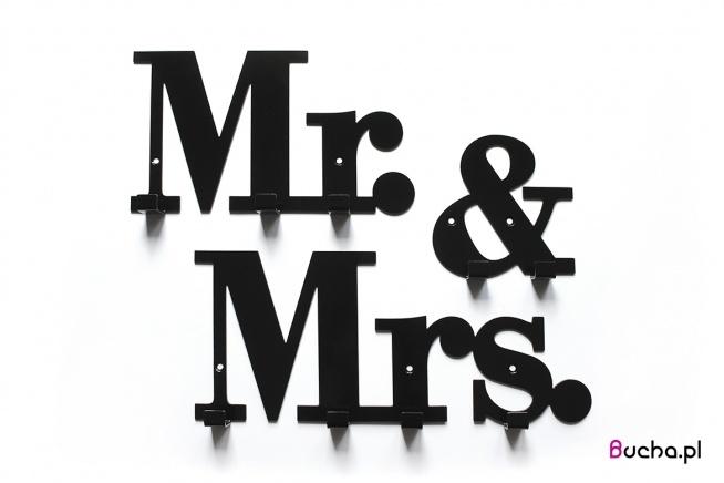 wieszak z napisem Mr.&Mrs. składa się z 3 osobnych części, dzięki czemu można samemu zadecydować o jego kompozycji. Jest solidy, ozdobny i praktyczny. Prezent dla nowożeńców, prezent na ślub, prezent, nowoczesny wieszak, ozdobny wieszak, wieszak na ubrania