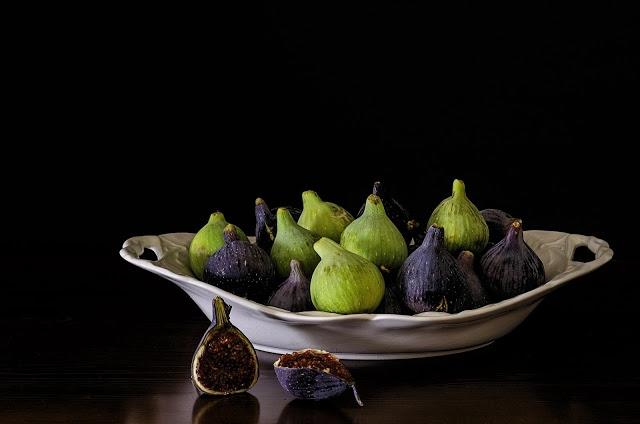 Właściwości zdrowotne i lecznicze fig - co to za owoce?   Do niedawna niezbyt popularne w Polskich domach, choć coraz częściej są spotykane na sklepowych półkach. Dla mnie pierwszy kontakt z figami, był jak miłość od pierwszego spróbowania. Egzotyczny smak, którym kuszą idzie w parze z bogatym wnętrzem w postaci wartości odżywczych. Obniżenie cholesterolu, regulacja układu pokarmowego czy działanie przeciwnowotworowe to tylko niektóre z właściwości leczniczych owoców z krajów śródziemnomorskich.