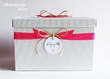 Wyjątkowe pudełko na koperty od gości, wykonane w stylu EKO, zdobione wstążką w kropeczki. Możliwość personalizacji :)  Do kupienia w sklepie internetowym Madame Allure!