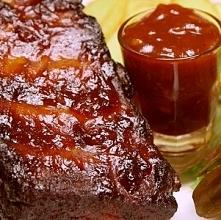 Sos BBQ: 2 łyżki oleju 1 cebula 3 ząbki czosnku 1 łyżeczka wędzonej papryki 1/2 szklanki whiskey 1/2 szklanki octu winnego 2 szklanki bulionu drobiowego 1/2 szklanki ketchupu 1/...