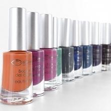 Bogata gama kolorystyczna + bezpieczna formuła = perfekcyjny, nasycony kolor i blask na Twoich paznokciach :)  ponad 20 odcieni lakierów Couleur Caramel dostępnych na ekozuzu.pl...