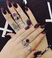 Bordowe paznokcie + piękne pierścionki