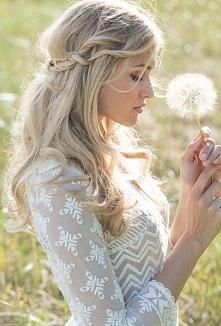 Często, jak idę na wesele, panny młode mają niestworzone fryzury, na które ciężko się patrzy. A co powiecie na takie coś?