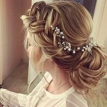 Delikatny warkocz z kokiem. Idealna fryzura na ślub?