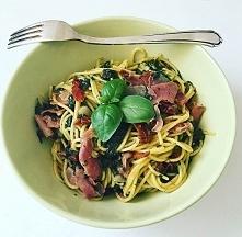 Makaron bezglutenowy (ulubiony z Biedronki :D) ze świeżym szpinakiem, czosnkiem, szynką prosciutto i suszonymi pomidorami.