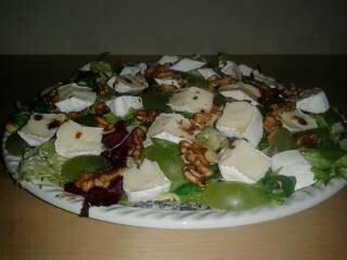 sałatka z serem camembert, winogronami i orzechami wloskimi