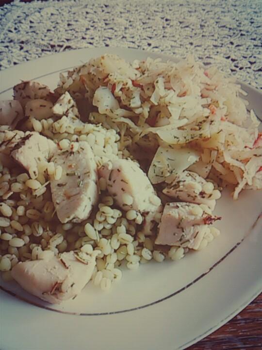 Dzisiaj pęczak, kurczak w rozmarynie i pełna witamin kapusta biała, niskokaloryczna, lekkostrawna posiada dużo błonnika dając uczucie sytości, pyszna i zdrowa! :)