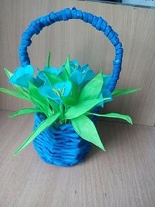 koszyk z papieru i kwiaty z bibuły