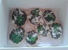 kanapeczki z tapenada z czarnych oliwek z parmezanem i pietruszką