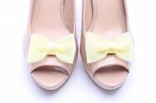 Klipsy do butów wykonane z tiulu w kolorze cytrynowym.  Do kupienia w sklepie internetowym Madame Allure!