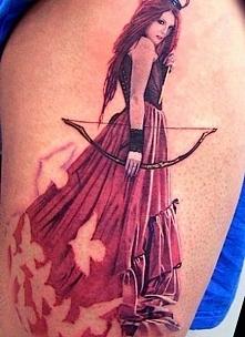 tatuaż kobieta z łukiem