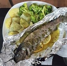 Pstrąg w folii z piekarnika w ziołach i cytryną, ziemniaki gotowane z koperkiem, brokuły