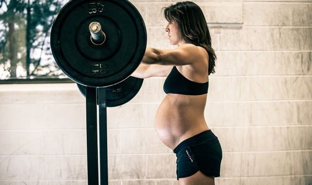 Trening siłowy w ciąży. O wpływie na ciało kobiety i inne ciekawe informacje.