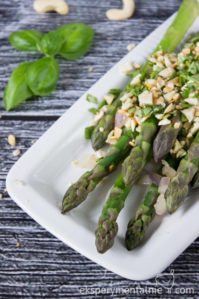 Szybki przepis na szparagi z orzechami i bazylią