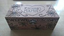 Napisy i wzory wypalone lutownicą, szkatułka pomalowana impregnatem w kasztanowym kolorze :) Prezent na dzień mamy gotowy :)