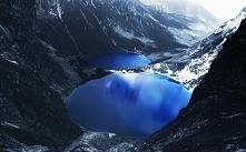 Górski widok na jezioro zim...