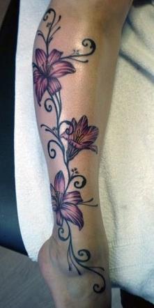 tatuaże damskie piękne kwiaty na nodze