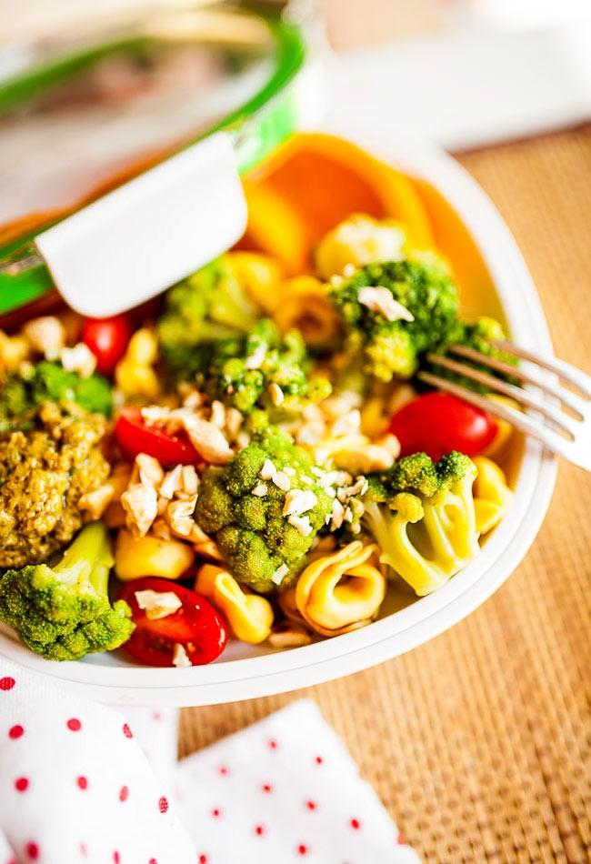 Sałatka lunchowa z tortellini i brokułami