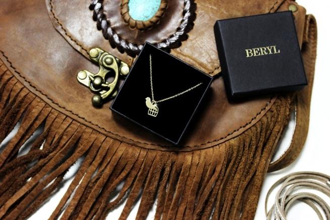 Naszyjnik z najnowszej kolekcji BOHO wykonany ze srebra próby 925. Naszyjnik z zawieszkami w kształcie ptaszka oraz klatki. Biżuteria z kolekcji BOHO inspirowana jest letnimi trendami. BERYL_PL