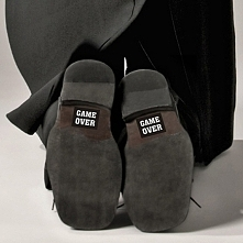 Śmieszne naklejki na buty od PartyTajm - dostępne są różne napisy i kolory.