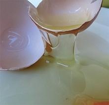 Białko na tłuste włosy: Przed umyciem włosów nakładamy na 10 minut ubite białko z sokiem z cytryny.