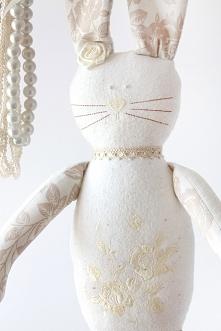Ręcznie szyty króliczek z haftowanym brzuszkiem.Niepowtarzalna przytulanka dla dziecka ;-) Serdecznie polecam