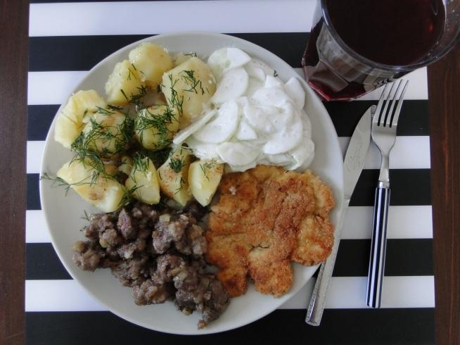 Koperek z własnego ogródeczka :D kompot truskawkowo-jeżynowo-pożeczkowo-wiśniowy ;) mizeria, ziemniaczki, wątróbeczka, pierś kurczaka... mniam!