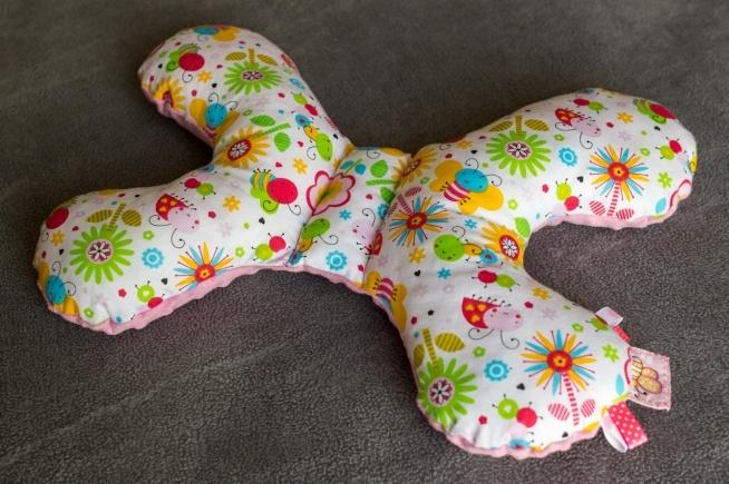 """""""Motylek"""" - antywstrząsowa poduszka, bawełna + minky,  wypełniona puchem silikonowym, 25x35 cm."""