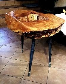 Stoliczek na trzech nogach z drewna klonu. Politurowany z dziurą w środku.