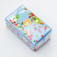 opakowanie prezentu z owocowym confetti