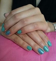 Zieleń na paznokciach koleżanki (jeszcze rok temu twierdziła, że zielony na paznokciach jest paskudny <3) zakwitła mocniej i piękniej niż na leśnych polankach :) Witaj lato, ...