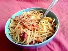 Makaron do spaghetti z czosnkiem cebulką, boczkiem i ziołami :)Slowfood jako fast