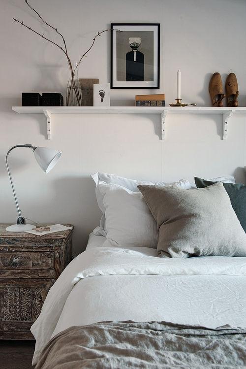 Inspiracja: szafka, szarości, półka nad łóżkiem