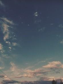 Nie bo tu nie ma nieba Jest prześwit między wieżowcami A serce to nie serce To tylko kawał mięsa A życie jakie życie? Poprzerywana linia na dłoniach  A Bóg? Nie ma Boga  Są tylk...
