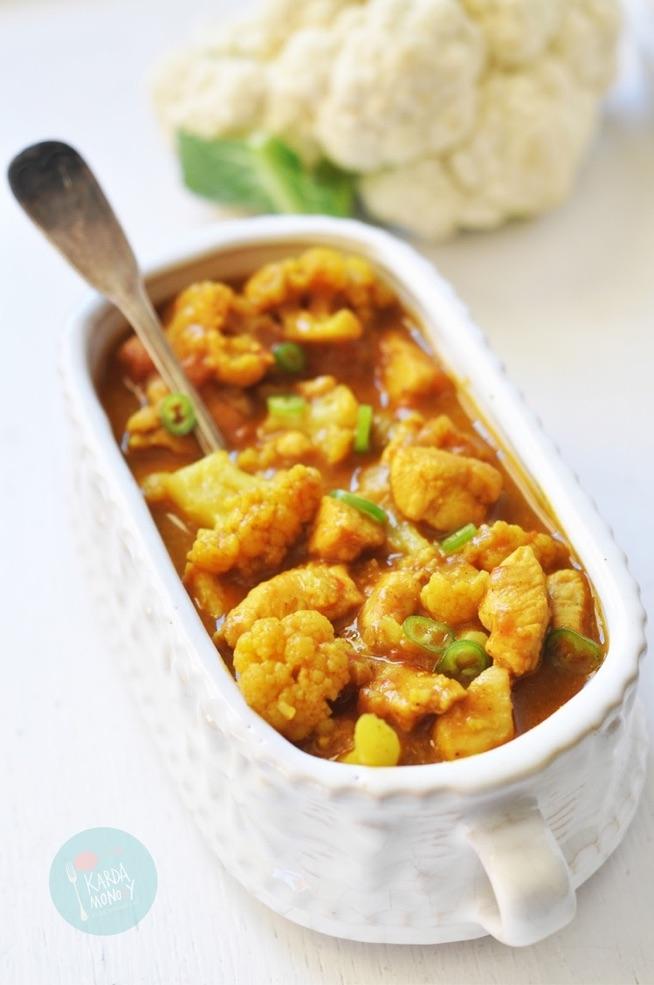 curry z kurczakiem i kalafiorem . Składniki: 1 duża pierś kurczaka pół kalafiora 1 cebula 2 ząbki czosnku 1 chili pół szklanki wody mała puszka mleczka kokosowego pół łyżeczki curry pół łyżeczki kurkumy 1/3 łyżeczki mielonego imbiru szczypta cynamonu sól olej rzepakowy (przepis na 3 porcje)  Pokrojoną w kostkę cebulę i rozdrobniony czosnek smażymy na oleju rzepakowym. Dodajemy do tego pokrojoną w kostkę pierś kurczaka, plasterki chili i różyczki kalafiora. Od razu dosypujemy wszystkie przyprawy i smażymy około minuty. Całość zalewamy wodą i mleczkiem kokosowym gotujemy pod przykryciem parę minut - do miękkości kalafiora. Na koniec doprawiamy jeszcze solą, jeżeli jest taka potrzeba. Jeśli sos jest za rzadki, można go zredukować, poprzez gotowanie bez pokrywki.