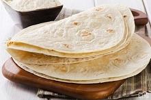 Tortilla  Porcja na 6 dużych tortilli: - 2 szklanki mąki pszennej - 3/4 szklanki wody - 1 łyżeczka soli