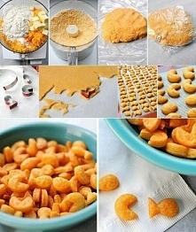 Domowe krakersy Składniki: - 225 gram sera cheddar, startego na tarce, - 4 łyżki masła, - 1 szklanka mąki, - 3/4 łyżeczki soli, - 2 łyżki zimnej wody Wykonanie: Zacznij od zmiks...