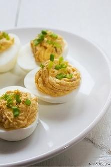 Jajka faszerowane łososiem Składniki: 5 jajek 1 puszka łososia w kawałkach w sosie własnym 2 łyżki jogurtu typu greckiego pieprz, sól posiekany szczypiorek  Sposób przygotowania...