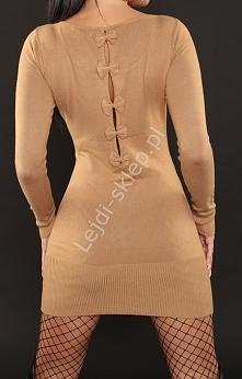Beżowa dzianinowa sukienka z kokardkami na plecach
